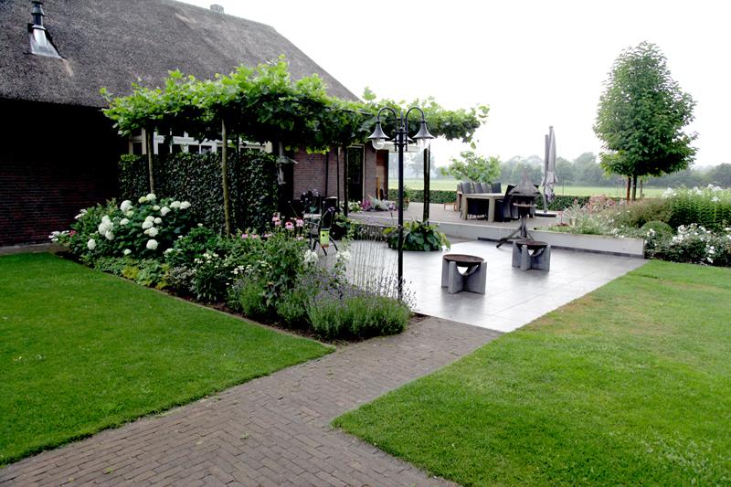 Enorme natuurlijke vijver in landelijke tuin stoss hoveniers for Landelijke tuin aanleggen